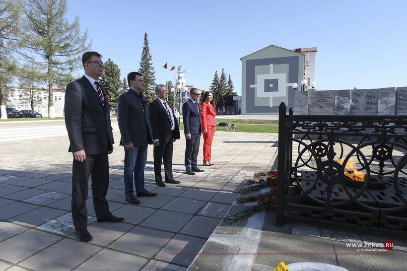 Операционный директор трубного дивизиона ЧТПЗ Алексей Дронов (второй слева) 9 мая, когда появление в общественных местах было строжайше запрещено