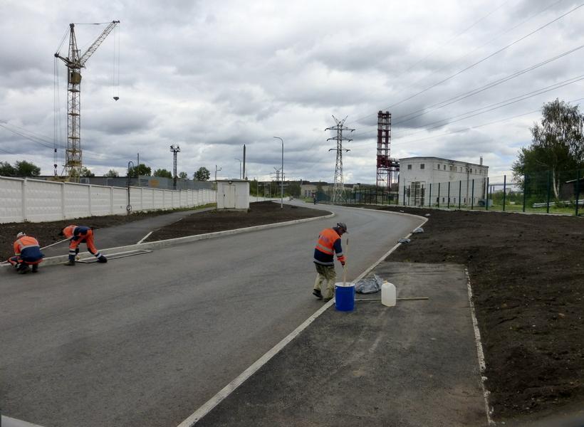Рабочие ПМУП ПО ЖКХ рисуют пешеходный переход на въезде в «тупик Дронова»