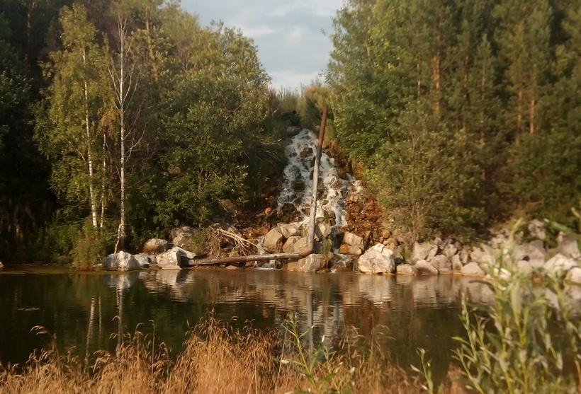 Местная достопримечательность: искусственный водопад