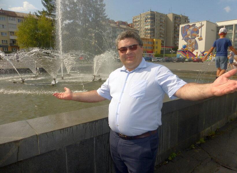 Александр Алексеевич собственной персоной у непоющего фонтана